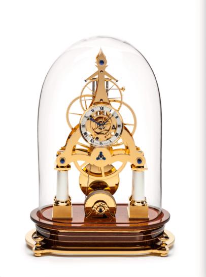 Matthias Naeschke Tischur NT 10 Mahagoni Sockel, vergoldetes Uhrwerk