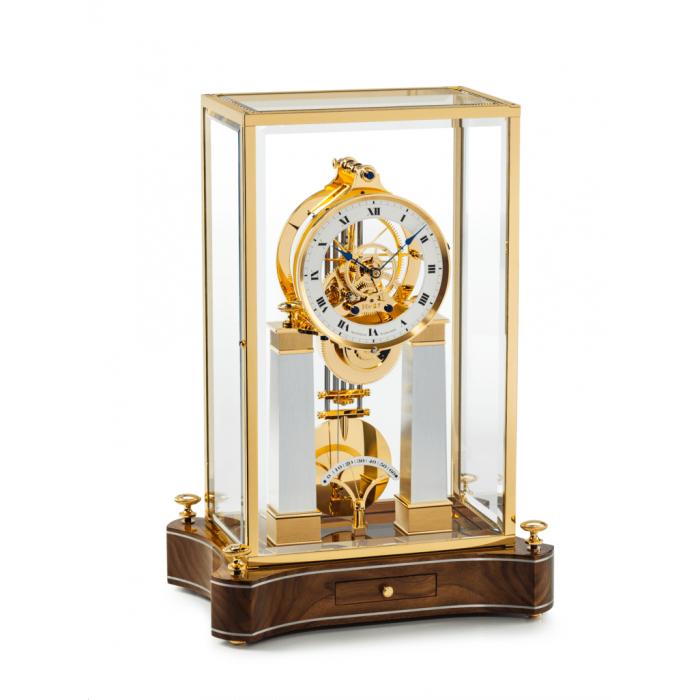 Mathias Näschke Tischuhr NT 6, vergoldetes Uhrwerk, Nußbaumwurzel Sockel