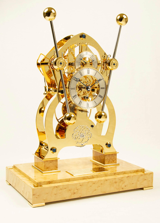 "Sinclair Harding Tischuhr ""His"" Sea Clock vergoldet, Vogelaugenahorn Sockel"