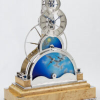 Sinclair Harding Tischuhr Sun and Moon Clock rhodiniert, Vogelaugenahorn Sockel